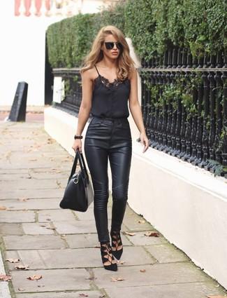 Comment porter: débardeur en dentelle noir, jean skinny en cuir noir, sandales spartiates en daim noires, cartable en cuir noir