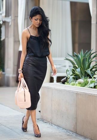 5ec978cda9b089 Comment porter un débardeur en soie noir avec une jupe crayon noire ...