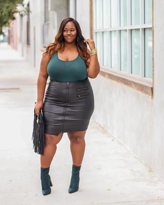 Comment porter: débardeur bleu canard, jupe crayon en cuir noire, bottines en daim vert foncé, pochette en cuir à franges noire