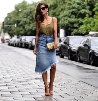 Tendances mode femmes: Pense à harmoniser un débardeur en soie olive avec une jupe crayon en denim bleue pour une tenue raffinée mais idéale le week-end. Une paire de des sandales à talons en cuir beiges s'intégrera de manière fluide à une grande variété de tenues.