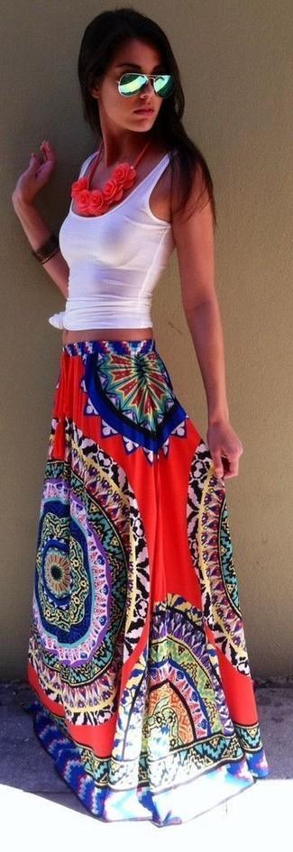 Comment porter: débardeur blanc, jupe longue imprimée rouge, lunettes de soleil vertes, collier à fleurs rouge