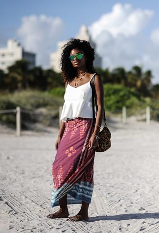 Comment porter: débardeur à volants blanc, jupe longue imprimée bordeaux, sac bandoulière en daim imprimé léopard marron, lunettes de soleil vertes