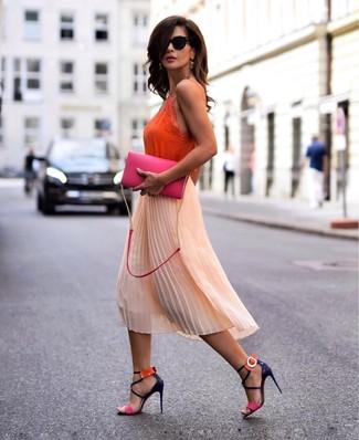 Comment porter: débardeur en soie orange, jupe mi-longue en chiffon plissée orange, sandales à talons en cuir multicolores, sac bandoulière en cuir fuchsia