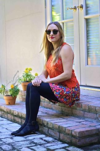 Comment porter: débardeur en crochet orange, jupe patineuse à fleurs multicolore, ballerines en daim noires, lunettes de soleil noir et doré
