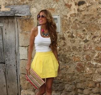 Comment porter: débardeur blanc, jupe patineuse jaune, pochette brodée multicolore, lunettes de soleil marron