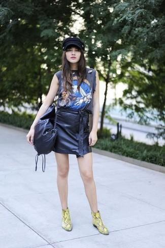 Comment porter: débardeur imprimé noir, minijupe en cuir noire, bottines en cuir imprimées serpent jaunes, sac bandoulière en cuir noir
