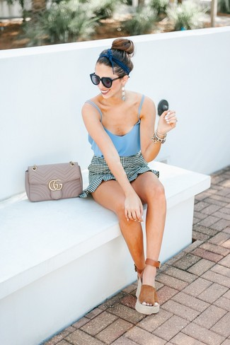 Comment porter: débardeur bleu clair, minijupe en vichy blanche et noire, sandales compensées en daim tabac, sac bandoulière en cuir matelassé beige