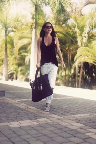 Comment porter: débardeur noir, jean boyfriend déchiré blanc, slippers en daim gris, sac fourre-tout en daim noir