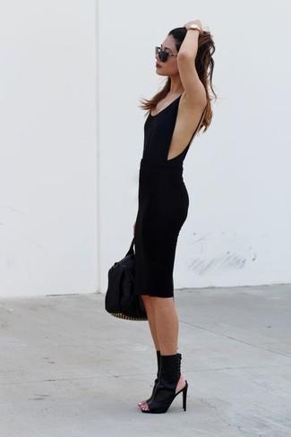 Comment porter: débardeur noir, jupe crayon noire, bottines en cuir découpées noires, sac fourre-tout en cuir à clous noir