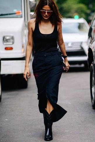 Comment porter: débardeur noir, jupe mi-longue fendue bleu marine, bottes western en cuir noires, lunettes de soleil marron