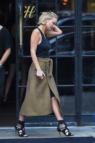 Comment porter: débardeur noir, jupe mi-longue fendue olive, sandales spartiates en daim noires