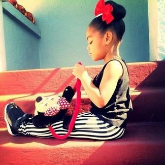 Comment porter: débardeur noir, leggings blancs et noirs, baskets noires