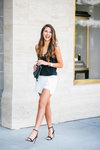 Comment porter: débardeur en soie noir, minijupe blanche, sandales à talons en cuir noires, pochette en cuir noire