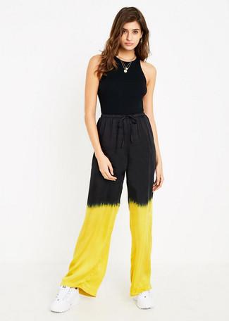 Comment porter: débardeur noir, pantalon large imprimé tie-dye jaune, chaussures de sport blanches, pendentif doré