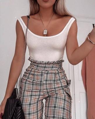 Comment porter: débardeur blanc, pantalon carotte à carreaux marron clair, sac bandoulière en cuir matelassé noir, pendentif doré