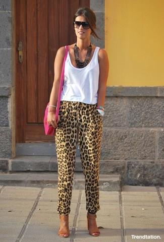 Comment porter: débardeur blanc, pantalon carotte imprimé léopard marron clair, sandales à talons en cuir marron, sac bandoulière en cuir fuchsia