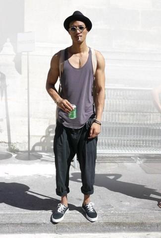 Comment porter: débardeur gris foncé, pantalon chino noir, tennis noirs, sac à dos en toile beige