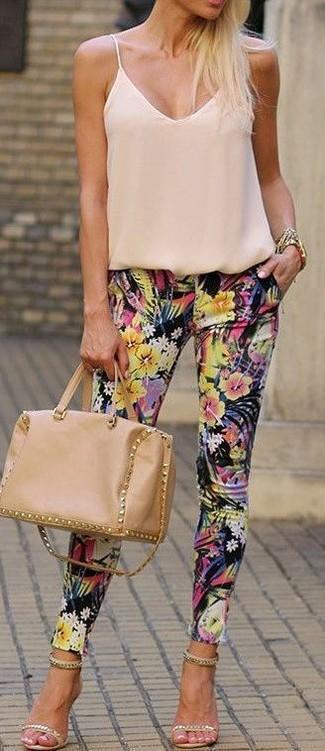 Comment porter: débardeur en soie beige, pantalon slim à fleurs noir, sandales à talons en daim ornées beiges, cartable en cuir marron clair