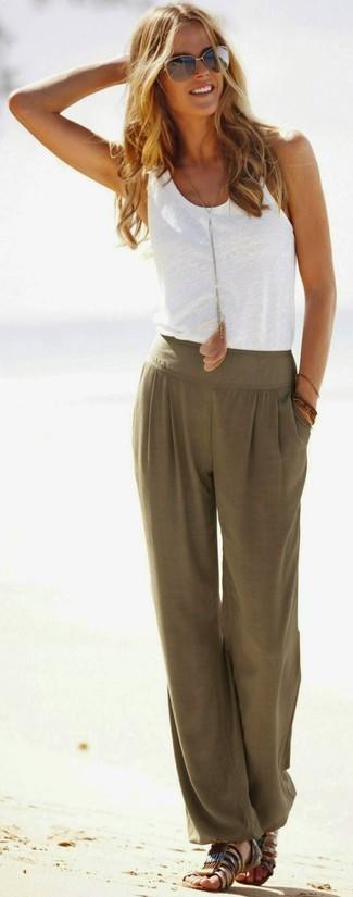 Comment porter: débardeur blanc, pantalon style pyjama olive, sandales spartiates en cuir marron, lunettes de soleil dorées