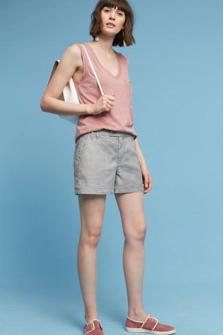 Comment porter un sac à dos en cuir blanc: Opte pour un débardeur rose avec un sac à dos en cuir blanc pour un look confortable et décontracté. Jouez la carte classique pour les chaussures et fais d'une paire de des baskets à enfiler en daim rouges ton choix de souliers.