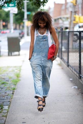 Comment porter: débardeur blanc, salopette en denim bleu clair, sandales à talons en cuir noires, pochette en cuir rouge