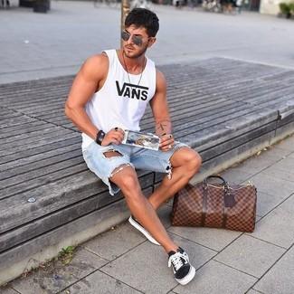 Comment porter: débardeur imprimé blanc, short en denim déchiré bleu clair, baskets basses en toile noires et blanches, fourre-tout en cuir marron