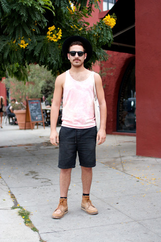 Comment porter: débardeur rose, short en denim noir, bottes de loisirs en cuir marron clair, sac fourre-tout en toile blanc