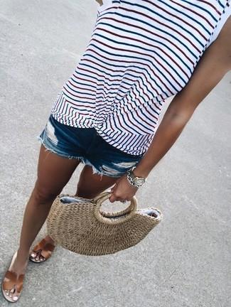 Comment porter: débardeur à rayures horizontales blanc, short en denim déchiré bleu, sandales plates en cuir marron, sac fourre-tout de paille marron clair