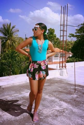Comment porter: débardeur turquoise, short à fleurs noir, sandales plates en caoutchouc transparentes, lunettes de soleil noires et blanches