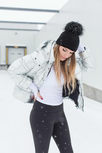 Comment porter: doudoune argentée, pull à col roulé blanc, leggings noirs, bonnet noir