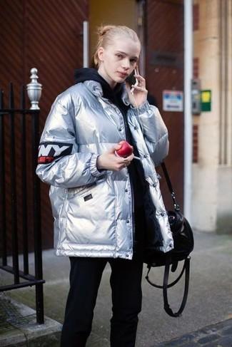 Comment porter: doudoune argentée, sweat à capuche noir, pantalon de jogging noir, sac fourre-tout en cuir noir