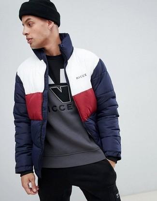 Comment porter: doudoune blanc et rouge et bleu marine, sweat-shirt imprimé gris, pantalon de jogging noir, bonnet noir