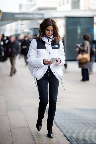Comment porter: doudoune blanche, pantalon slim noir, escarpins en cuir noirs, chaussettes noires