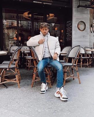 Comment porter: doudoune blanche, pull à col roulé blanc, jean bleu, chaussures de sport blanches