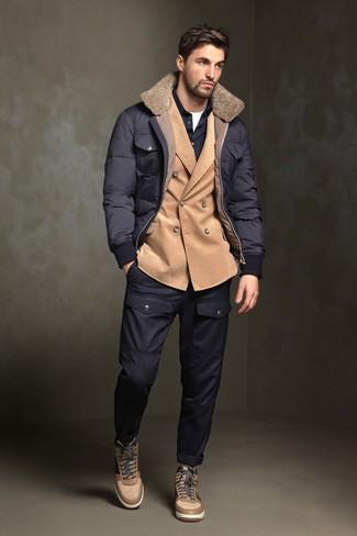 Comment porter: doudoune bleu marine, blazer croisé en velours côtelé marron clair, chemise à manches longues bleu marine, t-shirt à col rond blanc