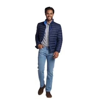 Comment porter: doudoune bleu marine, chemise à manches longues écossaise blanche, jean bleu clair, bottines chukka en cuir marron foncé