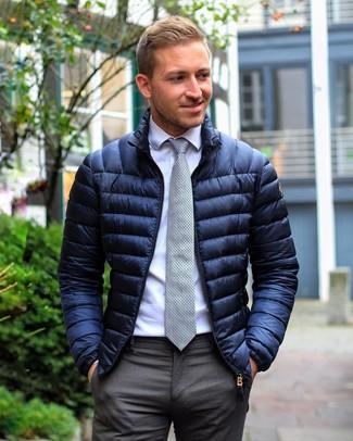 Tenue  Doudoune bleu marine, Chemise de ville blanche, Pantalon de costume  gris foncé, Cravate á pois grise   Mode hommes   Lookastic France bc89a25666c