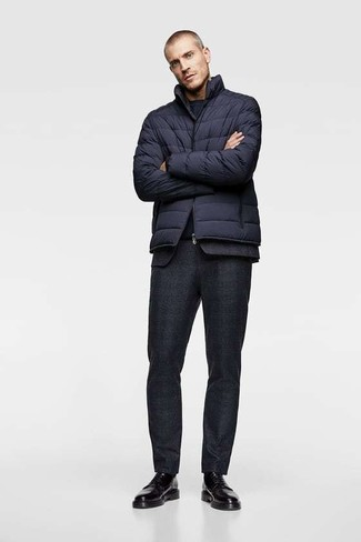 Comment porter: doudoune bleu marine, costume en laine noir, t-shirt à col rond bleu marine, chaussures derby en cuir noires