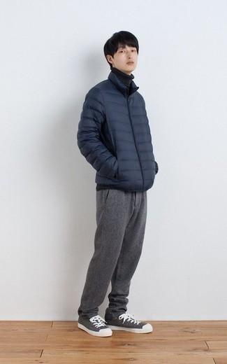Comment porter une doudoune légère bleu marine: Pense à opter pour une doudoune légère bleu marine et un pantalon chino gris pour un look idéal au travail. Pour les chaussures, fais un choix décontracté avec une paire de des baskets basses en toile grises.