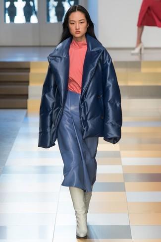 Comment porter: doudoune bleu marine, pull à col roulé rose, jupe mi-longue en cuir bleue, bottes hauteur genou en cuir blanches