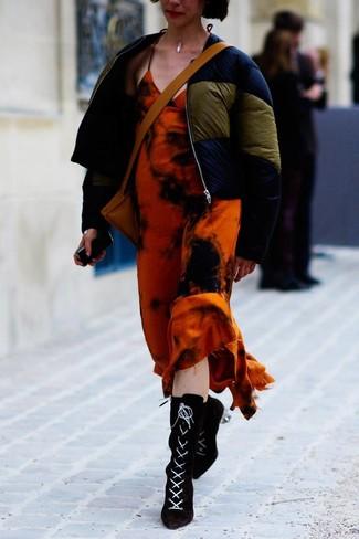 Comment porter: doudoune bleu marine, robe longue imprimé tie-dye orange, bottines à lacets en daim noires, sac bandoulière en cuir marron clair