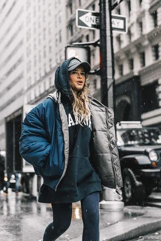Comment porter: doudoune bleu marine, sweat à capuche imprimé noir et blanc, leggings noirs, casquette grise