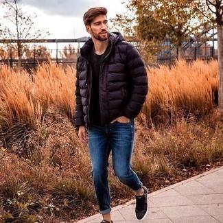 Comment porter des baskets basses en cuir noires: Pense à marier une doudoune bleu marine avec un jean bleu pour créer un look chic et décontracté. Si tu veux éviter un look trop formel, complète cet ensemble avec une paire de baskets basses en cuir noires.