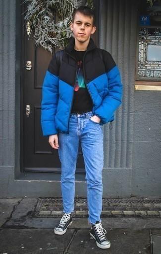 Comment porter une doudoune bleue: Essaie d'associer une doudoune bleue avec un jean bleu clair pour créer un look chic et décontracté. Si tu veux éviter un look trop formel, fais d'une paire de des baskets montantes en toile bleu marine et blanc ton choix de souliers.