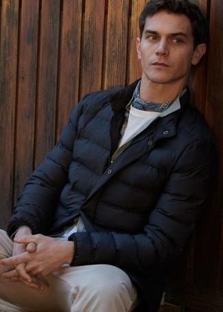 Comment porter: doudoune noire, cardigan gris, t-shirt à col rond blanc, jean beige