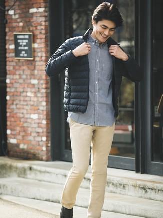 Comment porter: doudoune noire, chemise à manches longues en vichy bleu marine, pantalon chino marron clair, slippers en cuir noirs