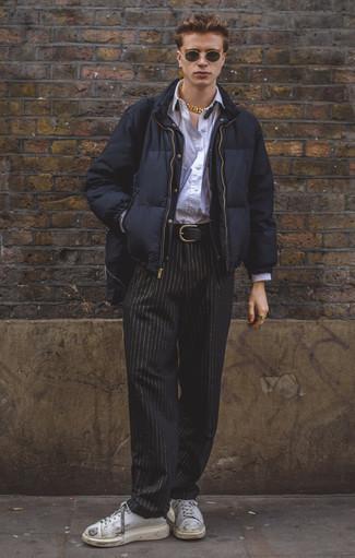 Comment porter une doudoune bleu marine: Marie une doudoune bleu marine avec un pantalon chino à rayures verticales noir pour créer un look chic et décontracté. Pourquoi ne pas ajouter une paire de des baskets basses en cuir blanches à l'ensemble pour une allure plus décontractée?