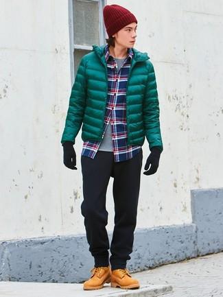 Comment porter: doudoune verte, chemise à manches longues écossaise blanc et rouge et bleu marine, t-shirt à col rond gris, pantalon chino noir