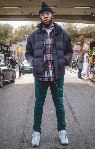 Comment porter un pantalon chino en velours côtelé olive pour un style decontractés: Associer une doudoune bleu marine avec un pantalon chino en velours côtelé olive est une option avisé pour une journée au bureau. Si tu veux éviter un look trop formel, choisis une paire de des chaussures de sport bleu clair.