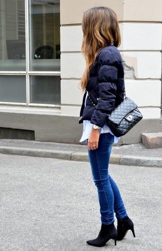 Comment porter: doudoune bleu marine, chemise de ville bleu clair, débardeur blanc, jean skinny bleu
